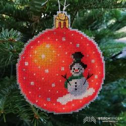 Oranžová vianočná guľa s motívom snehuliaka
